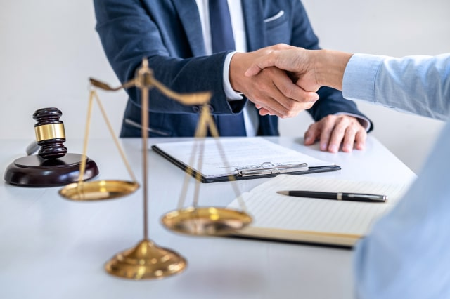 businesswoman-shaking-hands-with-male-lawyer-after-discussing-good-deal-contract-coסurtroom